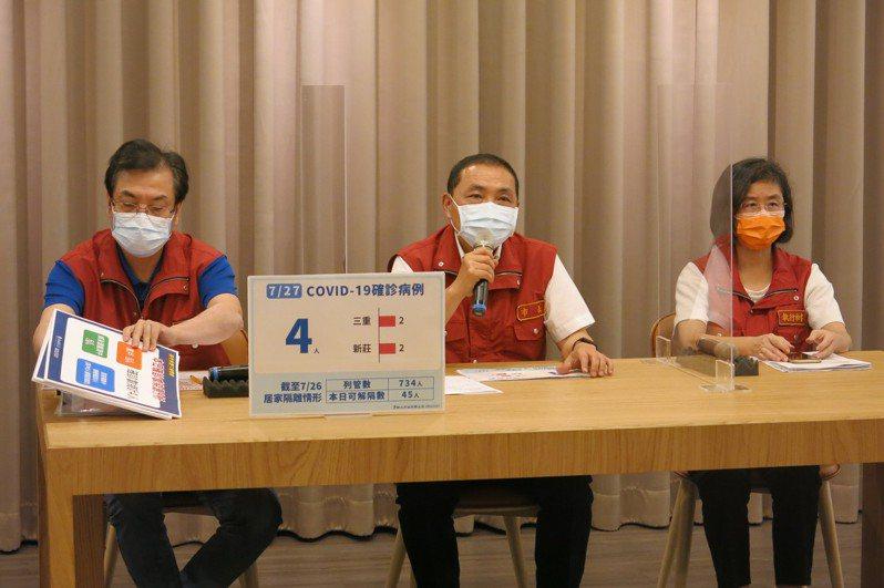 新北市長侯友宜(中)認為這周的疫情監測非常重要,關係到未來階梯式解封的方向。記者李成蔭/攝影