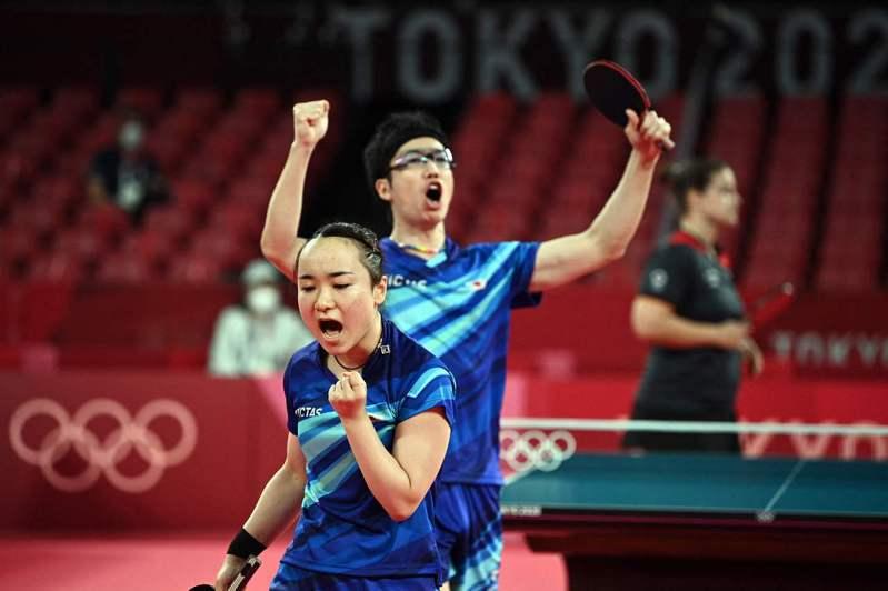 日本選手水谷隼(後)與伊藤美誠的搭檔贏得東奧混雙金牌。圖為八強戰逆轉獲勝後的歡呼。法新社