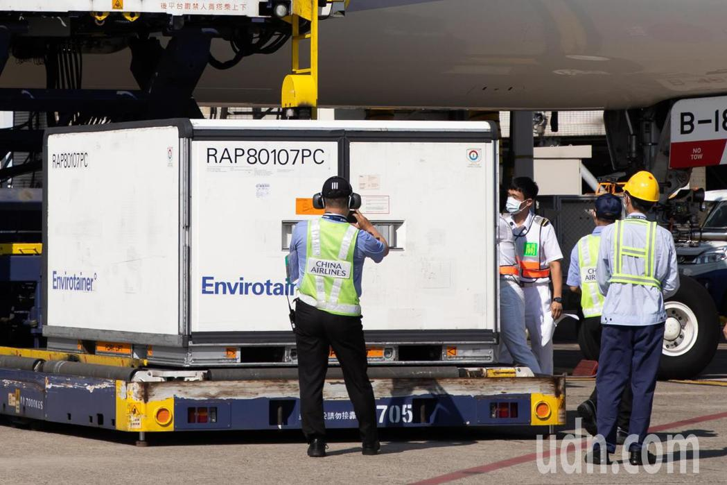 班機在下午3時14分降落桃園國際機場,滑行停靠在第二航廈D1停機坪,地勤人員將放...