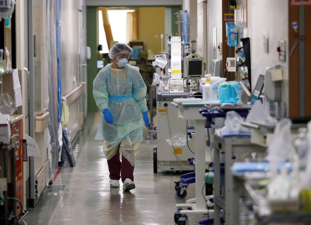 一名醫務人員在神奈川縣川崎市一家醫院的新冠加護病房工作。(路透)