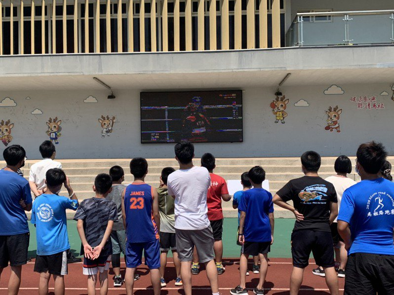 台灣「拳擊女王」陳念琴今天東奧出戰,連江縣教育處特別透過200吋大螢幕轉播賽事。圖/連江縣政府提供