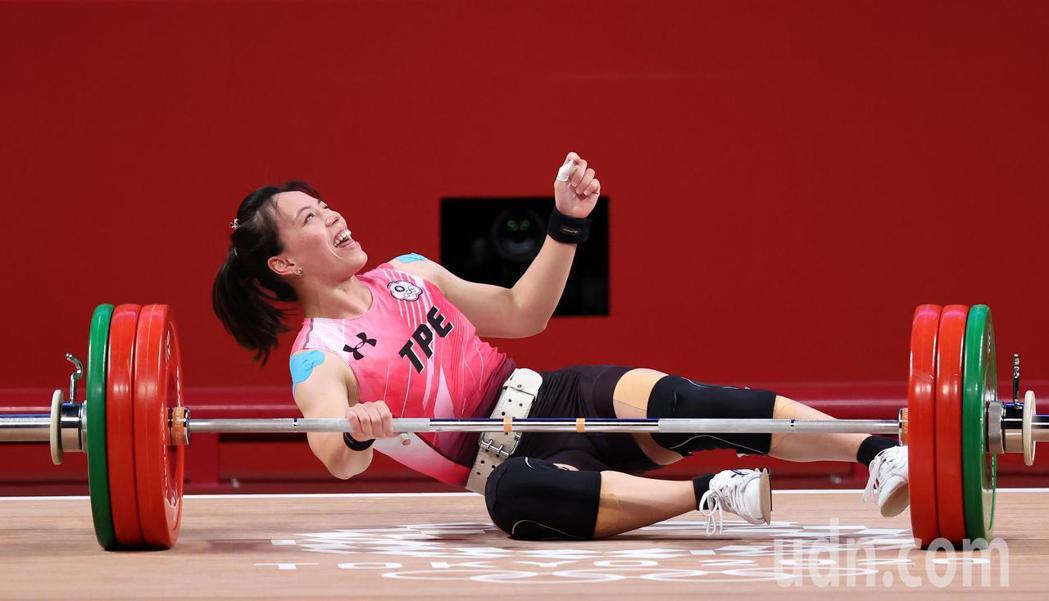 「舉重女神」郭婞淳今天重新回顧月初的榮耀時刻,她透露最難忘的畫面就是最後倒在賽台