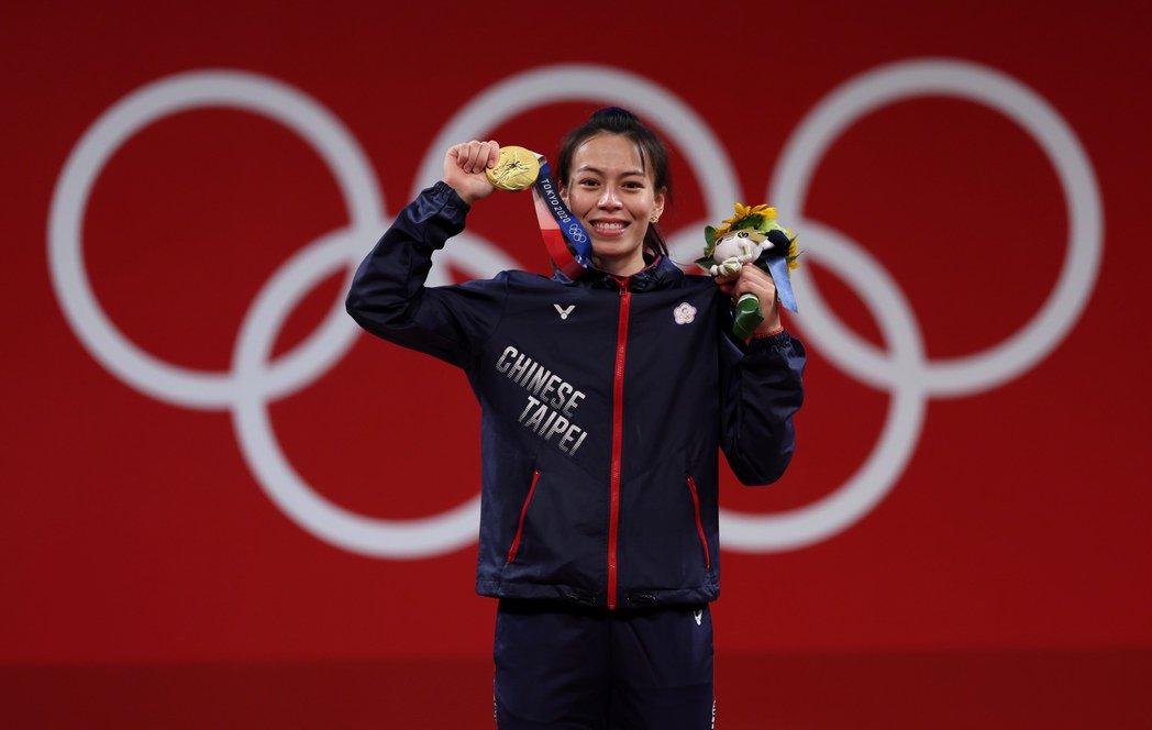 郭婞淳舉出中華代表團東京奧運第一面金牌。特派記者余承翰/東京攝影