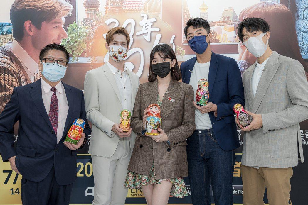 導演林立昇(左起)、仲思齊、郭雪芙、蔡凡熙、邱昊奇出席「20年的約定」線上首映會