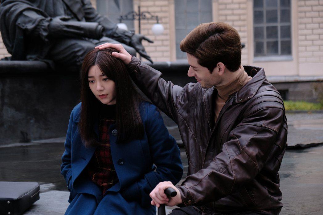 郭雪芙(左)、仲思齊在「20年的約定」戲中有長達20年的情感糾葛。圖/AMM亞洲...