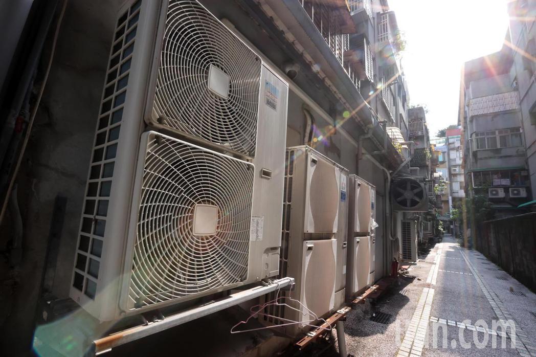 今天是二級警戒首日,台電用電量再度破紀錄,今天13時40分達到3,869.6 萬...