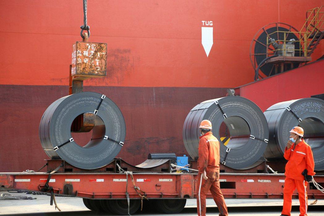 彭博資訊報導,大陸據悉考慮對熱軋鋼捲等鋼品出口課徵更多關稅,以達成限制國內產量和...