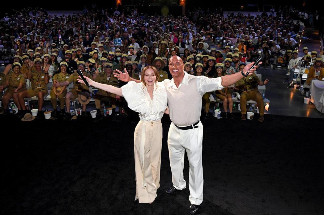 巨石強森(右)、艾蜜莉布朗特出席「叢林奇航」首映會,與全場粉絲相見歡。圖/迪士尼...