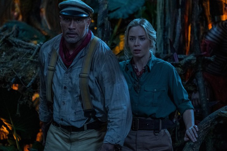 巨石強森(左)、艾蜜莉布朗特在「叢林奇航」有許多刺激精彩的動作戲。圖/迪士尼提供