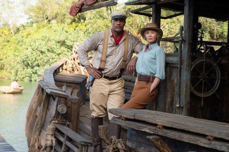 巨石強森(左)、艾蜜莉布朗特在「叢林奇航」共同駕船展開奇幻大冒險。圖/迪士尼提供