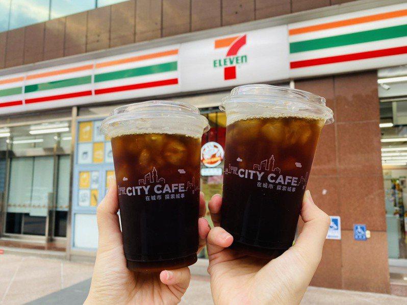 慶祝中華隊首面金牌入手,7-ELEVEN OPEN POINT App的「行動隨時取」將於7月28日祭出限時1天大杯美式咖啡買7送7優惠,限量10萬組。圖/7-ELEVEN提供