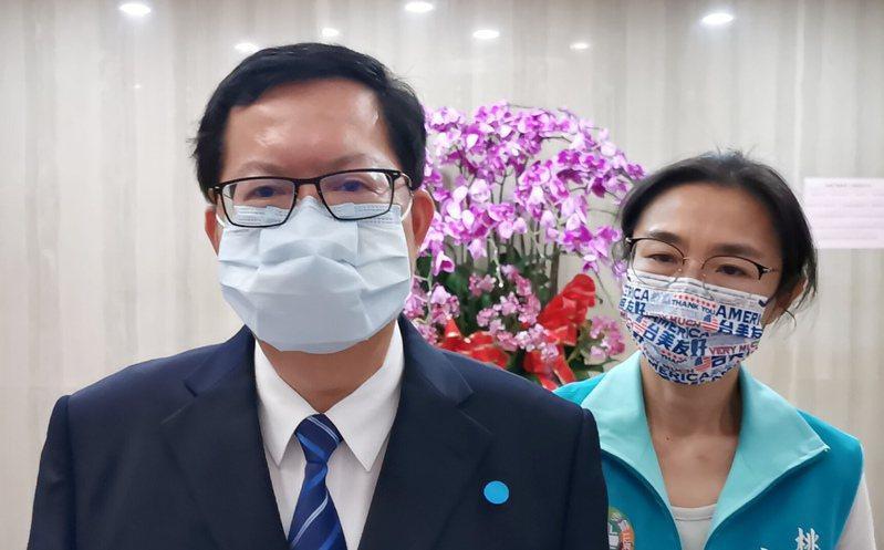 桃園市議會表決通過疫苗應3期解盲及國際認證、發給市民每人5千元,市長鄭文燦(左)表示尊重議員意見表達。記者曾增勳/攝影