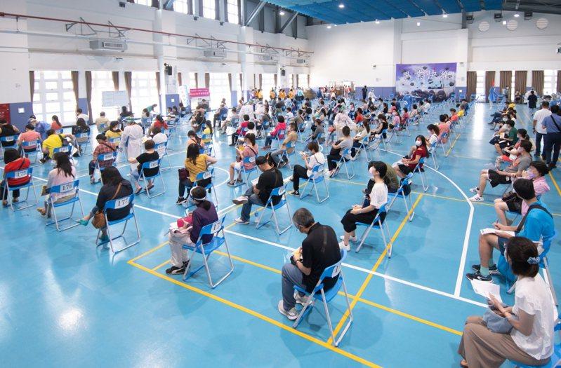桃園市府今天開始為補習班教師與國中小教職員工接種,接著是高中教職員工,預計在7月底接種完畢。圖/市府提供