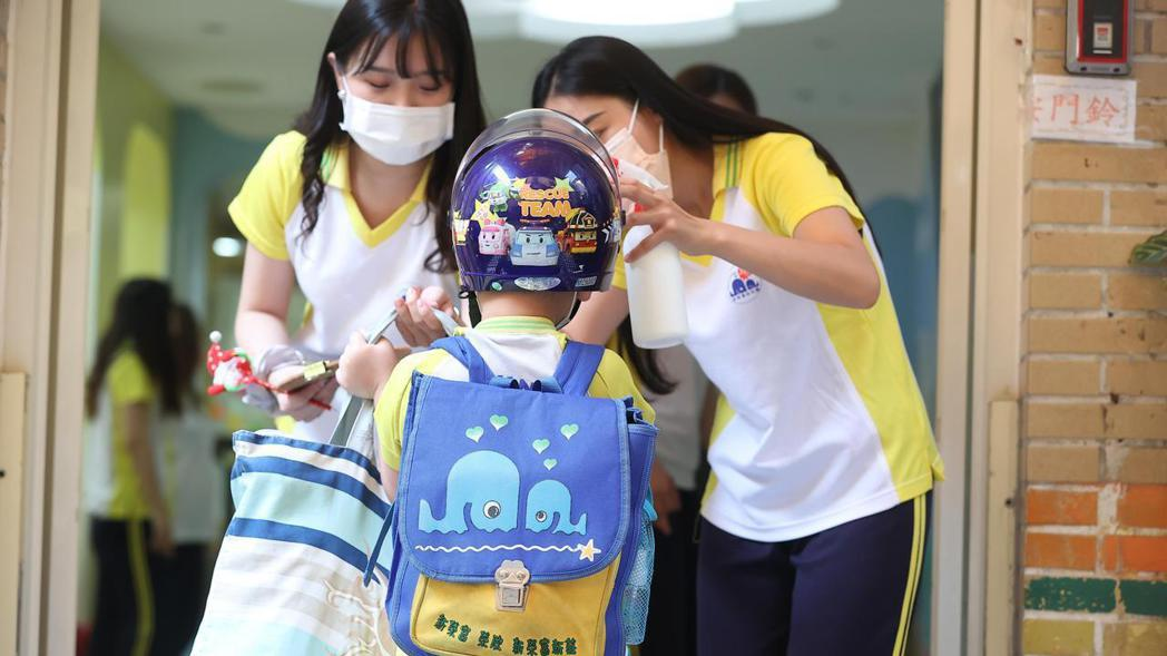 全台灣疫情警戒自27日起降至第二級。報系資料照