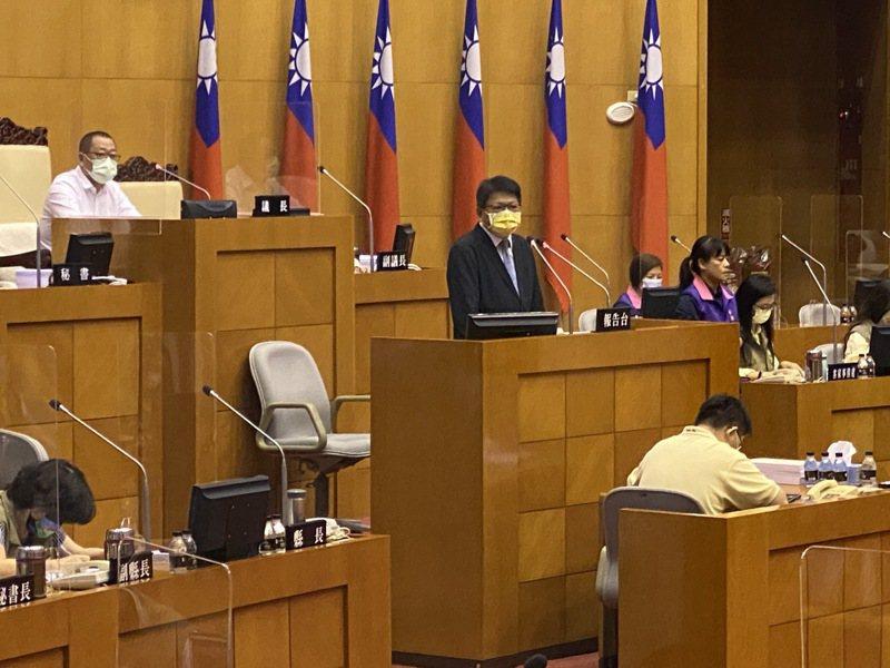 屏東縣長潘孟安(前)昨到議會做施政報告,施政報告一結束,主持議事的副議長盧文瑞(後)宣布散會,讓在場議員感到錯愕。記者劉星君/攝影
