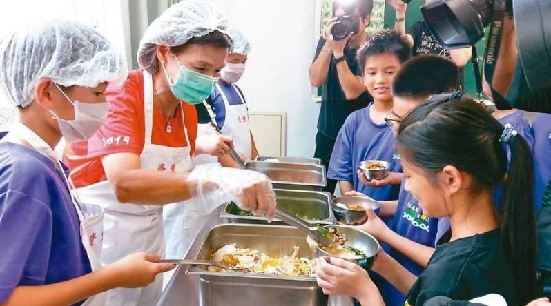宜蘭縣政府獲得教育部核定補助,為偏鄉學校擴建、新建中央廚房。本報資料照片
