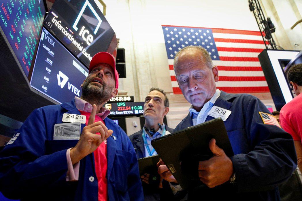 美股27日早盤小幅下跌,投資人正在等待幾家大型科技公司在盤後公布財報。 路透