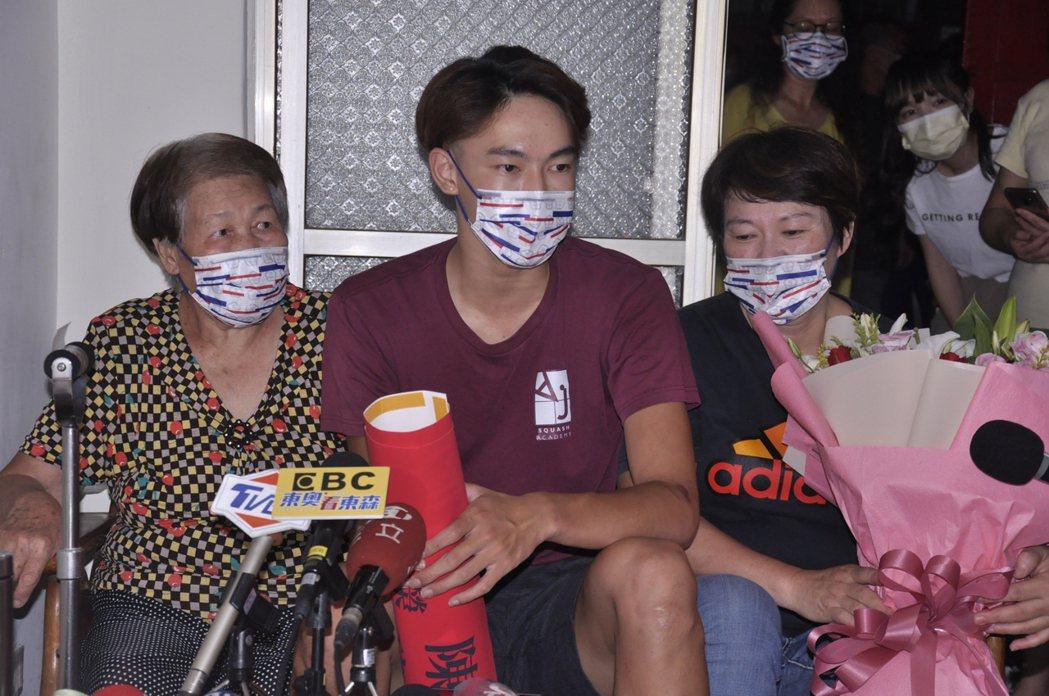 陳玟卉的阿嬤(左)、弟弟(中)與媽媽(右)都全程觀看她奪下銅牌的歷史。記者張哲郢