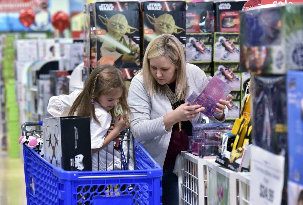 美國7月消費者信心意外增強,符合IMF最新報告趨勢。 (美聯社)
