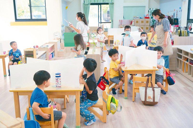 可以上學了 竹縣幼兒園第一天復課,多數遵守防疫措施,用餐時設置隔板。記者陳斯穎/攝影