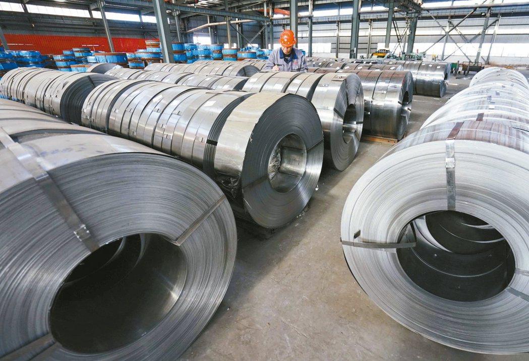 大陸正考慮對部分鋼材產品徵收出口關稅,稅率將落在10%至25%。圖為河北某鋼廠。...