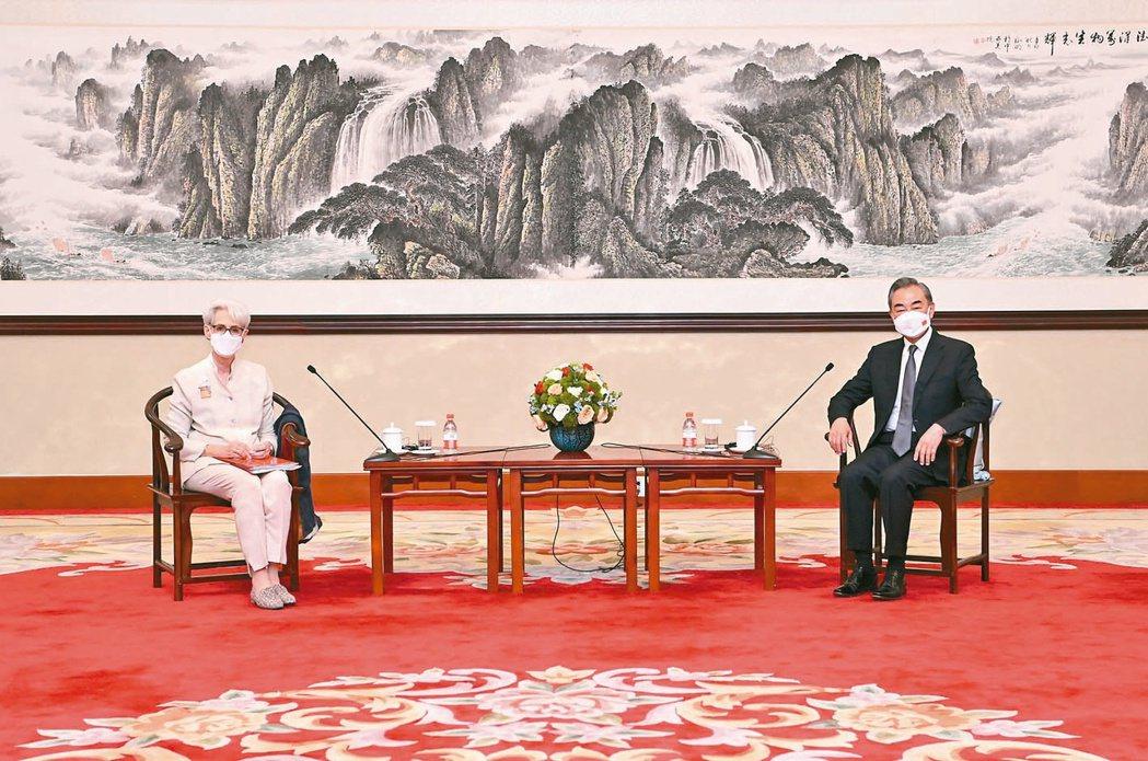 大陸外長王毅(右)在天津會見美國常務副國務卿薛曼。 新華社