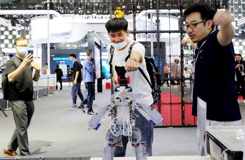 2021世界人工智能大會展覽現場,參觀者體驗體感機器人玩具。新華社
