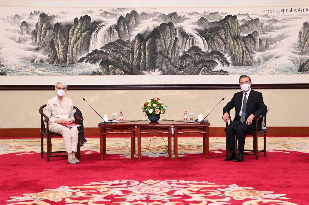 大陸國務委員兼外長王毅(右)廿六日下午在天津會見美國副國務卿薛曼(左)。(新華社...