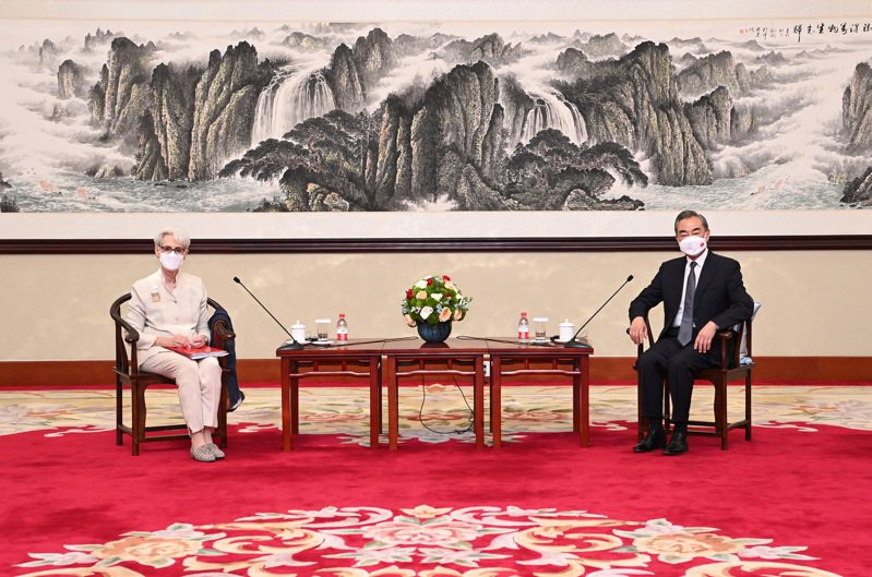 大陸國務委員兼外長王毅(右)26日下午在天津會見美國副國務卿薛曼(左)。(新華社)