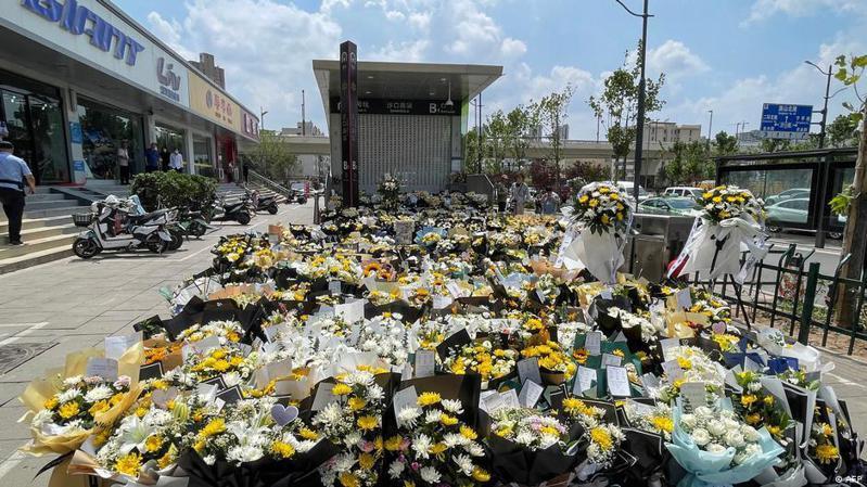 前天(7月26日)是鄭州遭遇特大暴雨第七天,鄭州地鐵5號線沙口路站B1出口外擺滿了市民自發送來的鮮花。圖/德國之聲中文網