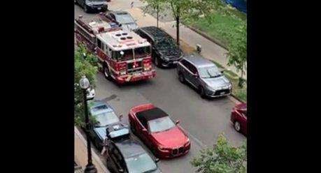 影/看到拳頭都硬了 車主併排停車擋消防車