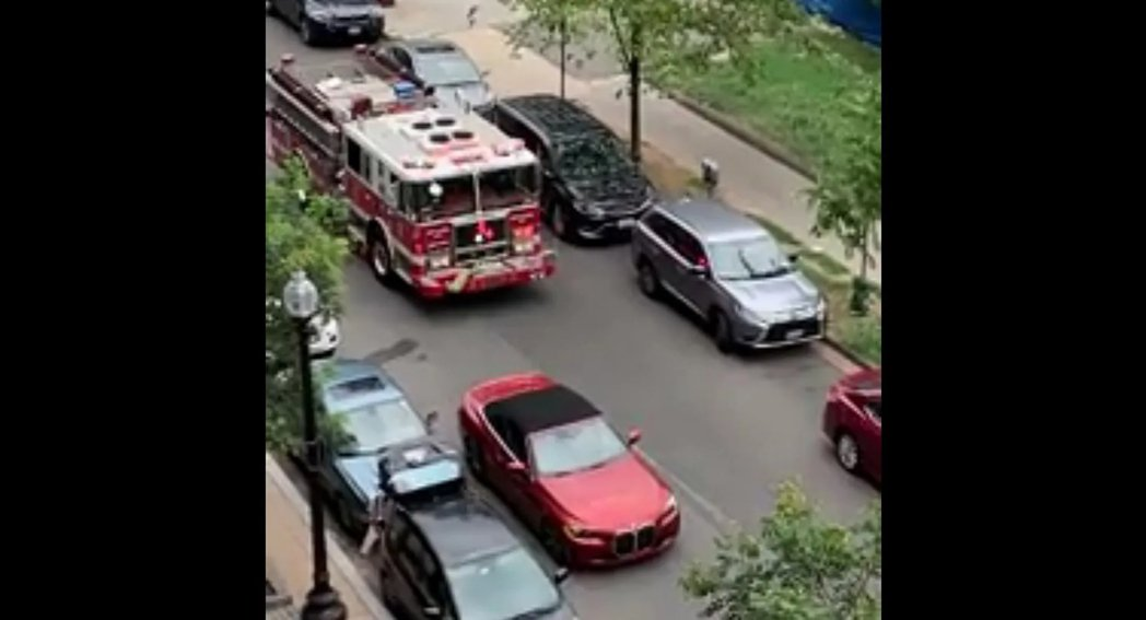 併排停車阻礙消防車救災。 圖/摘自影片