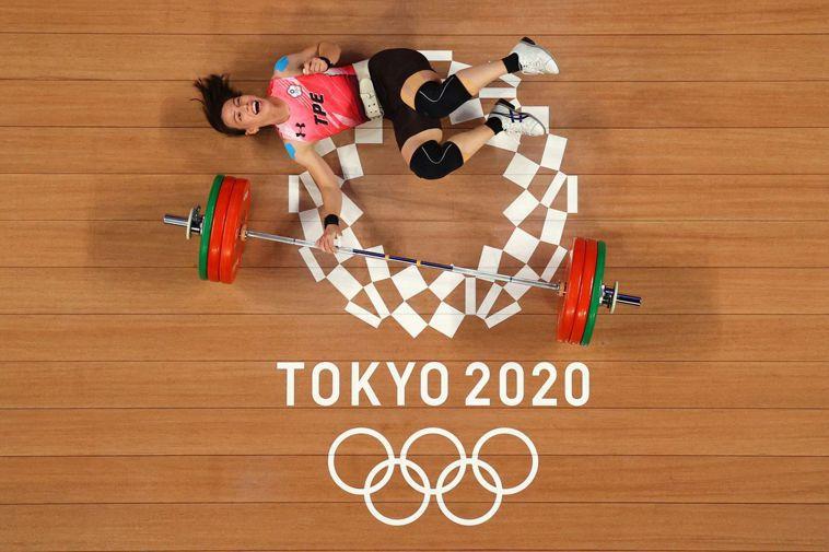 台灣舉重金牌女將郭婞淳出賽時,上半身貼著藍色貼布。 路透社