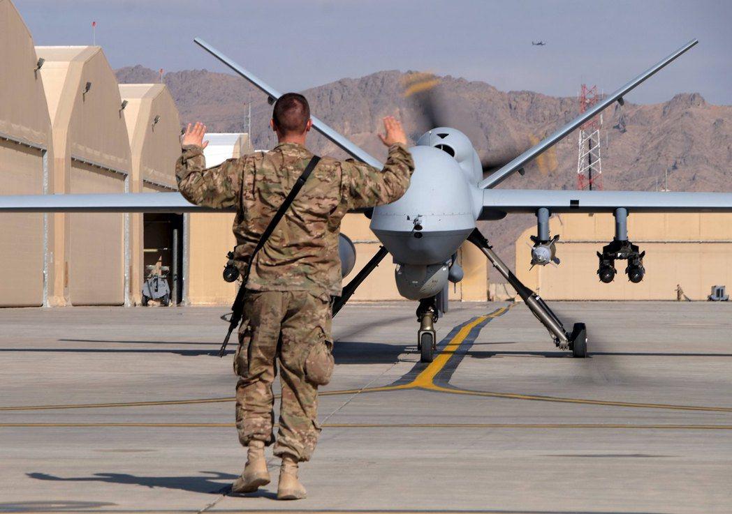圖為一名軍人在引導美國空軍的 MQ-9 Reaper 無人機。 圖/路透社