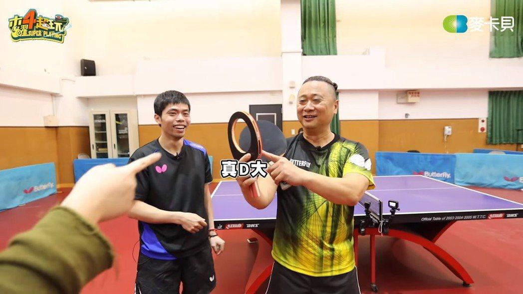 莊智淵拿著破洞球拍與邰智源比賽。 圖/擷自Youtube