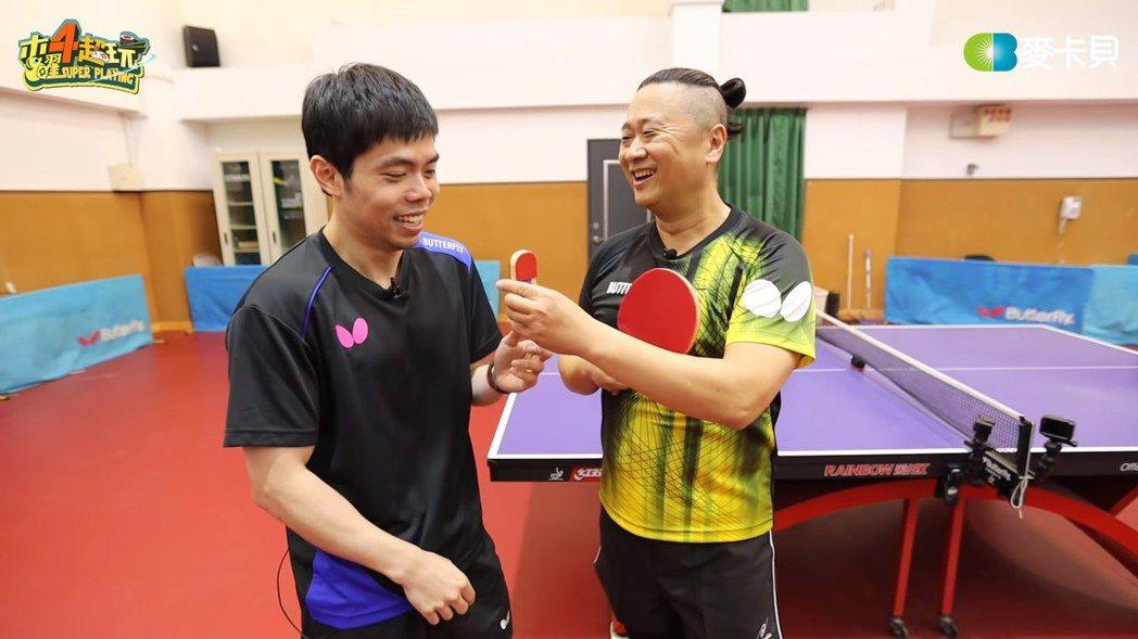 莊智淵拿著迷你球拍與邰智源比賽。 圖/擷自Youtube