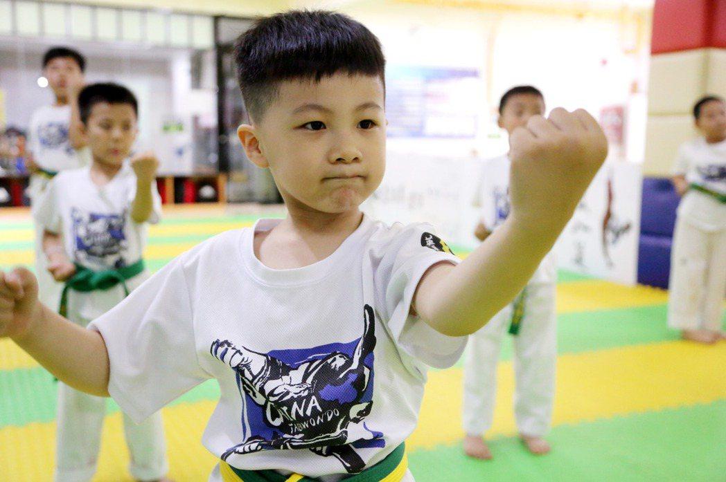 圖為中國學童在培訓機構學習跆拳道。 圖/新華社
