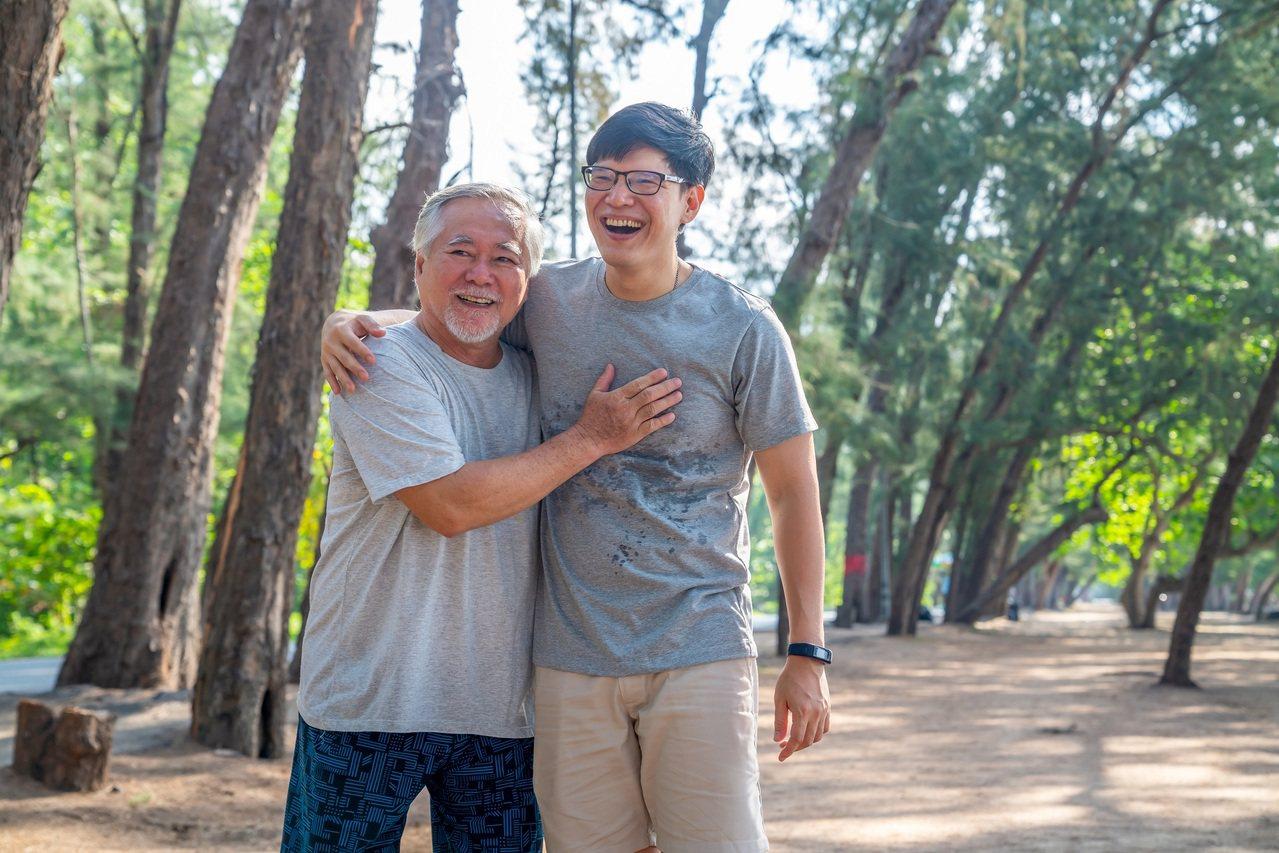 替爸爸保養行動力,陪伴他樂活人生。 圖/Shutterstock 提供