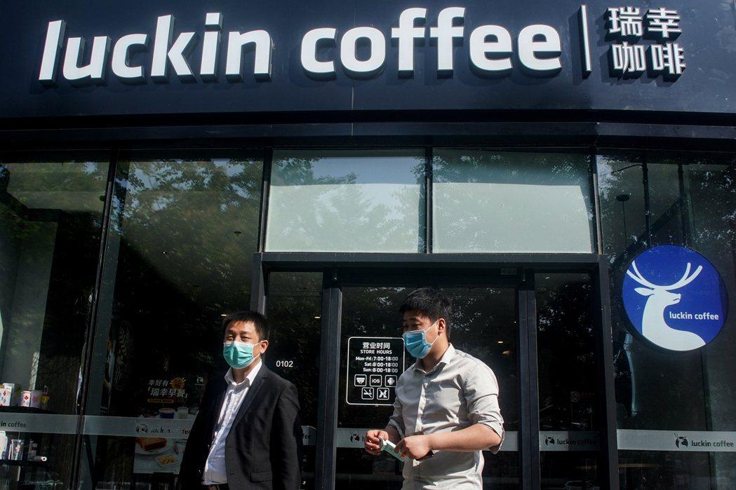 中國企業瑞幸咖啡去年五月被爆出財務造假風波。 圖/歐新社