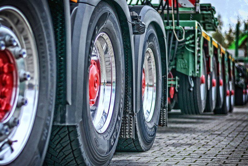 一些聯結車、大卡車的輪胎會有部分懸空,引來網友好奇。 圖╱pixabay