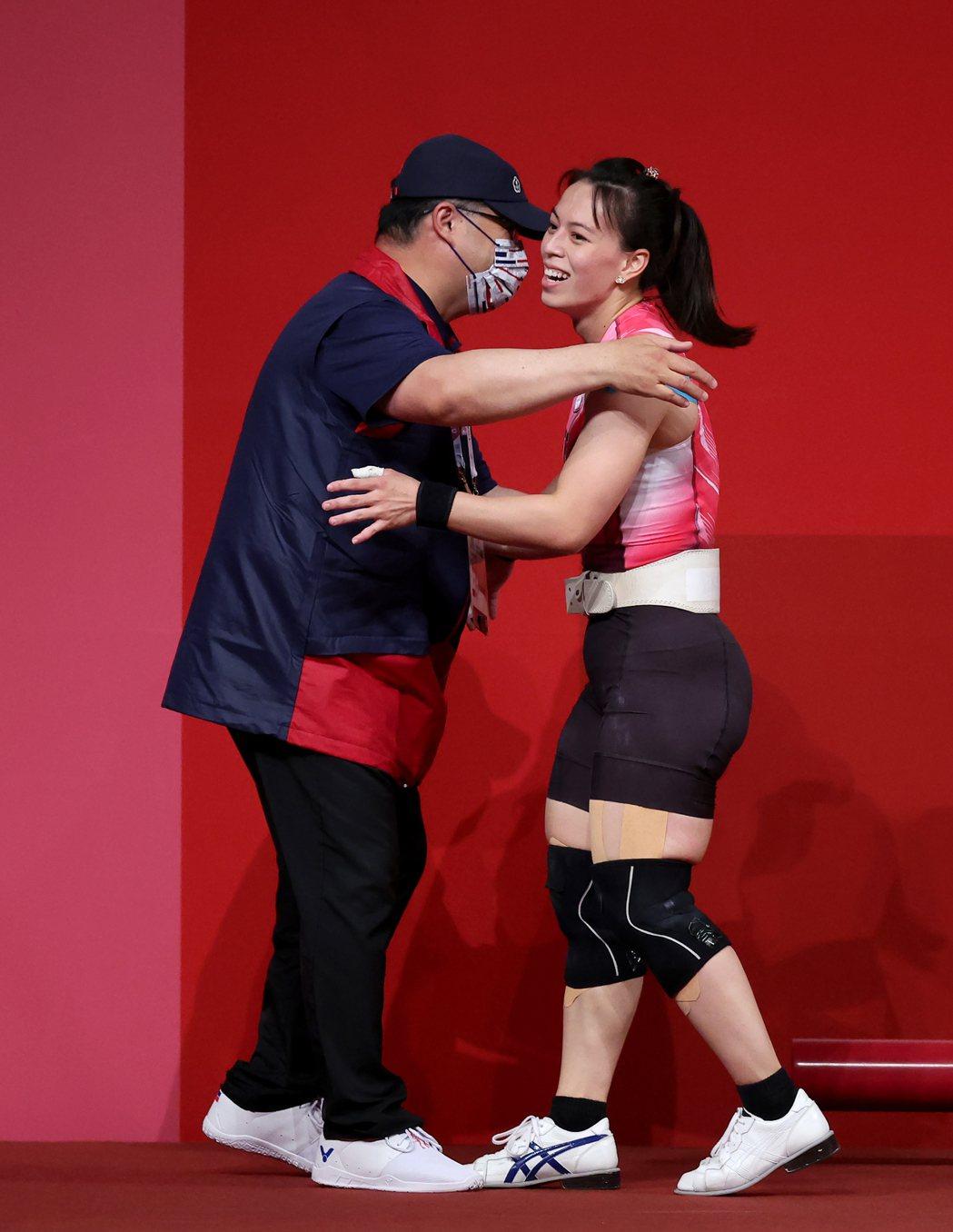 我國「舉重女神」郭婞淳(右)昨天在東京奧運女子59公斤級比賽中展現壓倒性實力,毫...