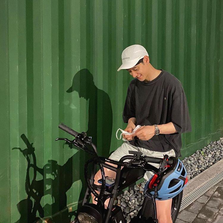 李帝勳對於穿搭講求舒服與自然,經常出現了棒球帽、T恤和短褲的造型。圖/摘自ins...
