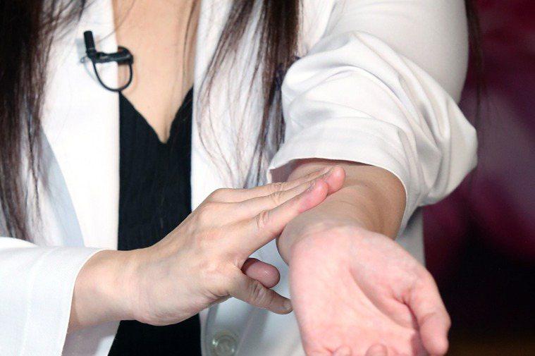 元氣網影音直播:打疫苗不舒服怎麼辦?中醫師鄒瑋倫教緩解副作用妙方,推天河水。記者...