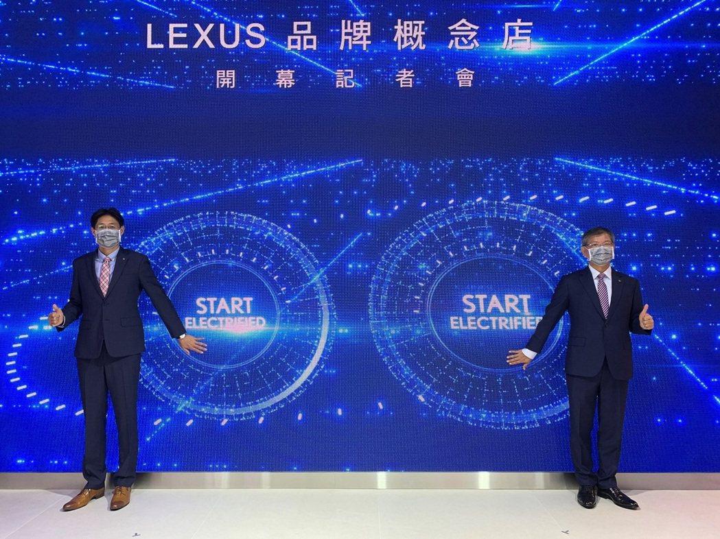 LEXUS營業本部協理賴光雄(右)與LEXUS車輛部經理王立仁於LEXUS EL...