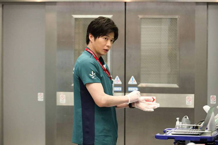 田中圭飾演醫生戲外卻難逃病毒。圖/摘自推特