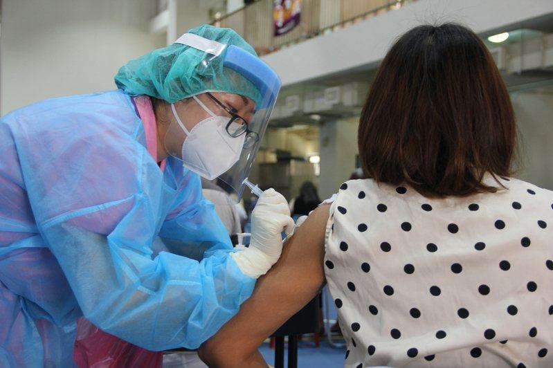 8月下旬將進入第2劑COVID-19疫苗大量施打期,因先前許多長者是造冊接種,指揮中心研議將造冊資料直接匯入疫苗預約平台,減少長者不便。記者陳俊智/攝影