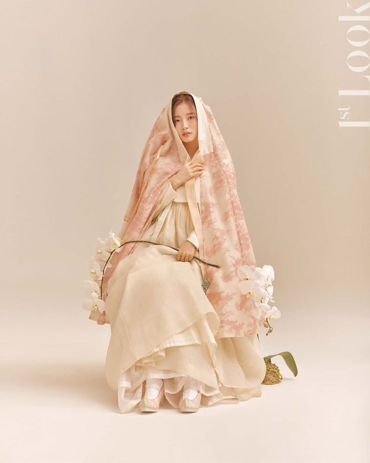 Arin為《1st Look》10周年拍的畫報,是為了向秀智在2015年拍的韓服...