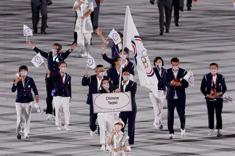 奧運期間有不少平常沒關注體育賽事的人也會緊跟比賽進度並為選手加油,一名網友表示,好奇「一日球迷到底有什麼不好?」,引發不少網友討論,圖為東奧開幕式中華隊進場畫面。特派記者余承翰/東京攝影
