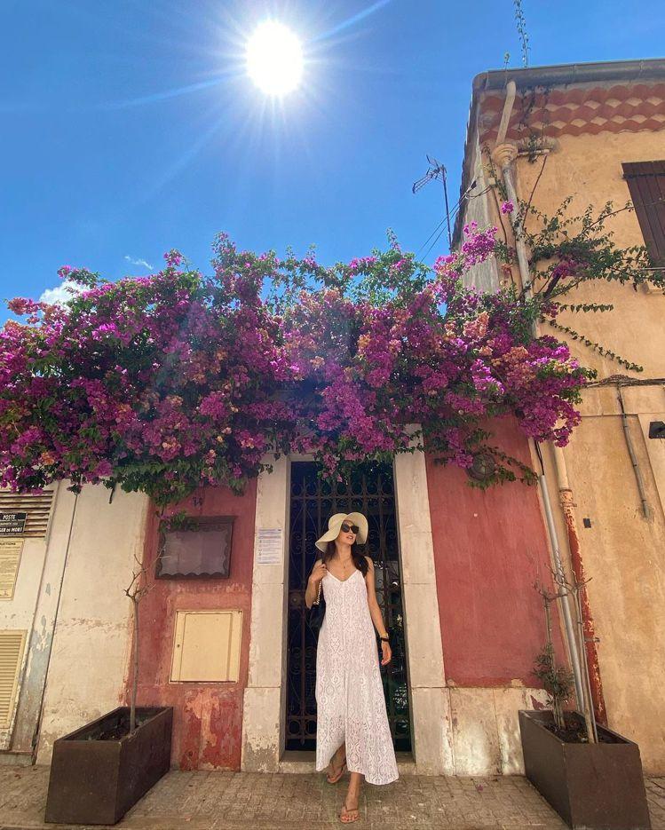 編織帽款與提包、刺繡裙裝,金禧展現美好的夏日風景。圖/取自IG