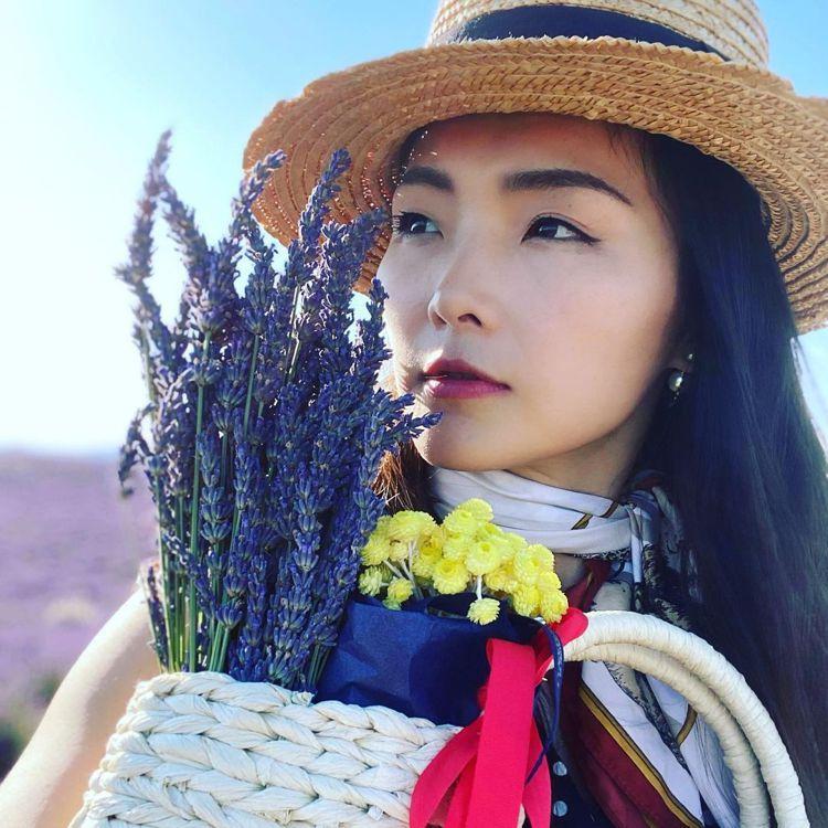 名模金禧在薰衣草農場的照片,相當適合作為美圖教科書。圖/取自IG